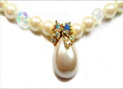 Simulated white with cream overtone pearl strand