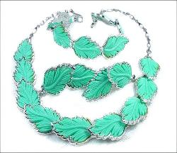 3-Piece Set Turquoise Vintage Plastic Leaf Necklace Set