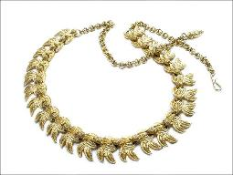 Look seriously and upscale in this golden scalloped textured vintage necklace