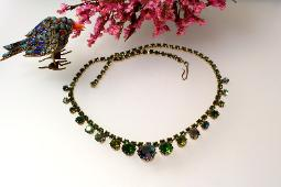 A vintage beauty, a beautiful vintage green iridescent rs necklace