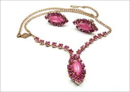 Necklace and earrings, round pink stones centered with a smooth marquis with shades of pink